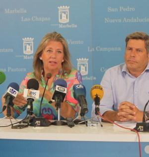 El concejal de Urbanismo, Pablo Moro, junto a la alcaldesa de Marbella, Ángeles Muñoz, en imagen de archivo
