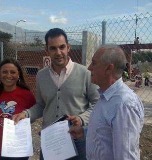 Los dirigentes de IU en Marbella Victoria Morales, Miguel Díaz y Enrique Monterroso en una imagen de archivo frente a la terminal de San Pedro