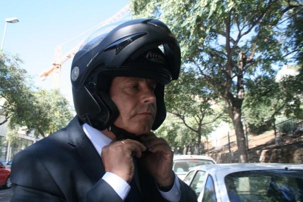 El concejal de Urbanismo, Pablo Moro, poniéndose su casco de moto al salir de los Juzgados de Marbella tras declarar como imputado. FOTO/marbellaconfidencial