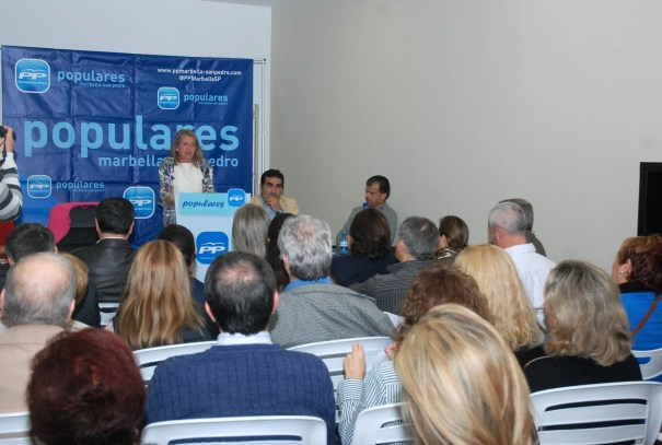 La presidenta local del PP y alcaldesa, Ángeles Muñoz, interviene en el último comité ejecutivo