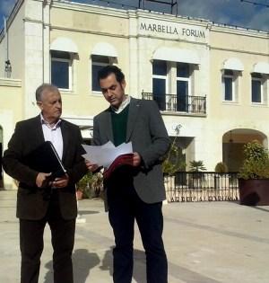 Los concejales de IU, Miguel Díaz y Enrique Monterroso, en imagen de archivo, frente a las antiguas instalaciones de RTV Marbella