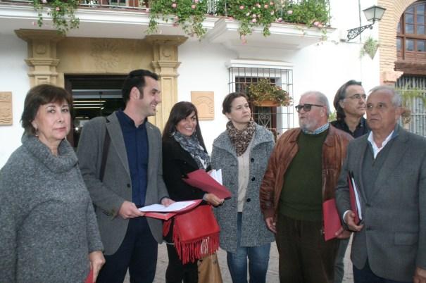 Miembros del Consejo Local de IU-CA Marbella con los concejales Miguel Díaz (segundo izqda) y Enrique Monterroso (primero drcha)