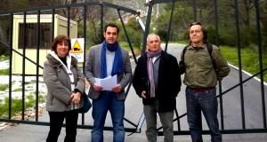 Los miembros de IU Mercedes Díaz, Miguel Díaz, Enrique Monterroso y Javier de Luis, este martes en el acceso a Nagüeles privatizado