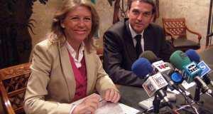 La exalcaldesa de Marbella, Ángeles Muñoz, junto a su homólogo de Benahavís, también del PP, José Antonio Mena, cuando ambos firmaron el acuerdo de lindes en 2009