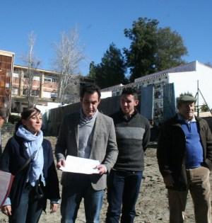 El candidato de IU, Miguel Díaz (centro con papeles), junto a otros cargos de la coalición y vecinos este jueves en el cementerio de San Pedro