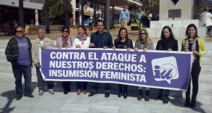 El candidato de IU a la Alcaldía de Marbella, Miguel Díaz (centro) junto a la número dos de su lista, Victoria Morales (drcha) este viernes junto a otras mujeres de la coalición en un acto reivindicativo por el día de la mujer trabajadora
