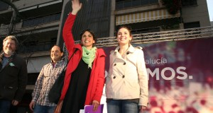 La líder de Podemos en Andalucía, Teresa Rodríguez, junto al exsecretario local de Podemos Marbella, Lolo González, y la número 2 de Podemos y portavoz en el Congreso, Irene Montero, en imagen de archivo durante un acto celebrado en Marbella. Foto/ J.C.Villanueva.