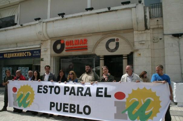 Concejales y cargos de Izquierda Unida durante la protesta de este lunes frente a la sede de la inmobiliaria Gilmar que inauguró el concejal de Comercio, José Eduardo Díaz (PP)