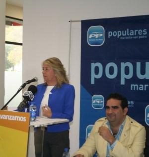 La alcaldesa y candidata a la Alcaldía por el PP, Ángeles Muñoz, este lunes durante su intervención ante el Comité Ejecutivo Local. Junto a ella el secretario general, Manuel Cardeña. Foto/marbellaconfidencial.es