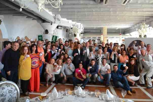 Personas que participan en la campaña 'Cuento Contigo' del PSOE muestran este sábado sus carnés de colaboradores en un acto junto al candidato a la Alcaldía de Marbella, José Bernal, y el número 3 del PSOE andaluz, Francisco Conejo