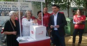 El candidato del PSOE a la Alcaldía de Marbella, José Bernal, este lunes presentando la campaña de recogida de propuestas vecinales