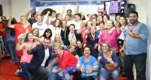 El candidato del PSOE, José Bernal, rodeado de militantes y simpatizantes celebra sus ocho concejales y la pérdida de la mayoría absoluta del PP
