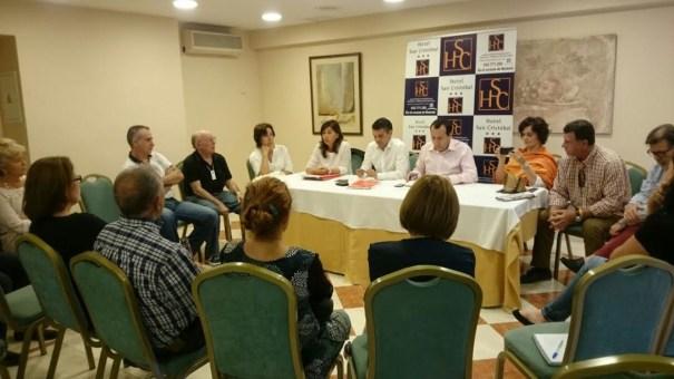 Imagen de la reunión celebrada este lunes  por el movimiento contra el deslinde de Benahavís con el delegado de la Junta en Málaga, José Luis Ruiz Espejo