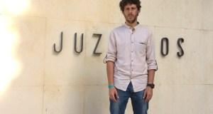 El candidato a la Alcaldía de Marbella por Costa del Sol Sí Puede, José Carlos Núñez, este martes frente al edificio principal de los Juzgados