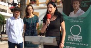 De izqda a drcha el candidato a la alcaldía de Costa del Sol Sí Puede, José Carlos Núñez, su 'número 2', Victoria Mendiola y la 'número 6', micrófono en mano, Ania Rodríguez, este viernes en San Pedro