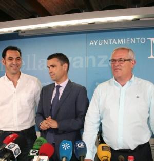 El alcalde de Marbella, José Bernal (centro), flanqueado por los tenientes de alcalde Miguel Díaz (izqda) y Rafael Piña (drcha) tras la primera junta de gobierno local. Foto/ marbellaconfidencial.es