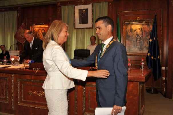 La exalcaldesa de Marbella, Ángeles Muñoz, saluda al alcalde, José Bernal, el día de su toma de posesión, el pasado 13 de junio. Foto/ Javier Martín.