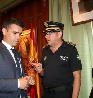 El alcalde de Marbella, José Bernal, escucha al exjefe de la Policía Local, Rafael Mora, durante un pleno en imagen de archivo. Foto/ J.C.Villanueva