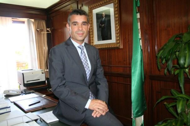 El alcalde de Marbella, José Bernal, en su despacho durante la entrevista con marbellaconfidencial.es