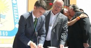 El alcalde de Marbella, José Bernal, y el teniente alcalde de San Pedro, Rafael Piña, frente a la Tenencia de Alcaldía cuando firmaron el decreto de competencias para el núcleo de población marbellí Foto/ marbellaconfidencial.es