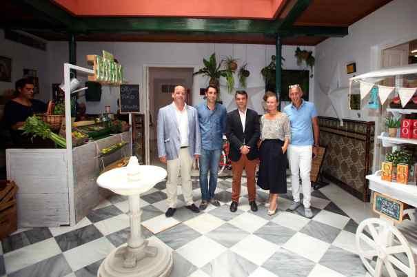 El alcalde de Marbella, José Bernal (tercero por la izqda) este martes junto a responsables del multiespacio Julietta durante la inauguración