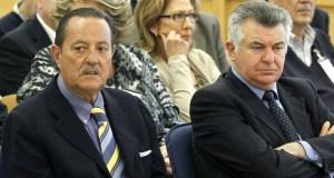 El cerebro de la trama de corrupción municipal, Juan Antonio Roca (drcha), junto al exalcalde de Marbella Julián Muñoz, durante una de las sesiones del juicio por el caso 'saqueo 2' celebrado en la Audiencia Nacional