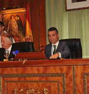 El secretario del Ayuntamiento de Marbella, Antonio Rueda, junto al alcalde, José Bernal, durante un pleno. Foto/ marbellaconfidencial.es