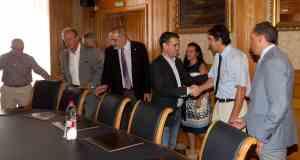 El alcalde de Marbella, José Bernal, saluda a representantes de AEHCOS al inicio de la reunión celebrada este jueves.