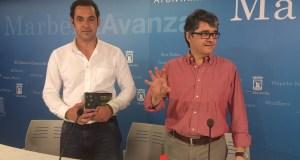 El teniente de alcalde delegado de Participación Ciudadana, Miguel Díaz (izqda), junto al teniente de alcalde del PSOE y portavoz, Javier Porcuna, este martes en rueda de prensa. Foto/ marbellaconfidencial.es