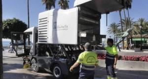 Operarios de la delegación de Limpieza durante su labor en imagen de archivo por el paseo marítimo de Marbella