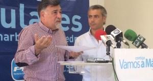Los concejales del PP Baldomero León y José Eduardo Díaz, este miércoles, en rueda de prensa. Foto/marbellaconfidencial.es