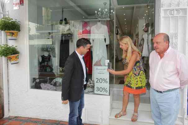 El alcalde de Marbella, José Bernal (iqda) prueba este lunes el cógido QR en un comercio en presencia del coordinador de Turismo, Miguel Luna