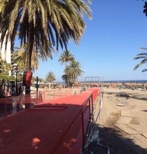 Imagen de la línea de meta de la primera etapa de la Vuelta en la playa de la Venus (Marbella). Foto/ Twitter @LaVuelta