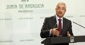 El vicepresidente de la Junta de Andalucía, Manuel Jiménez Barrios, firmante del documento que archiva definitivamente el deslinde entre Marbella y Benahavís