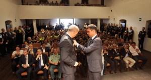El alcalde de Marbella, José Bernal, imponiendo este martes una de las condecoraciones entregadas en el día del Patrón de la Policía Local, celebrado en el Trapiche de Guadaiza