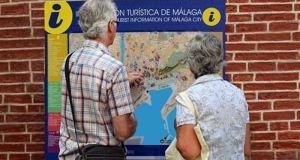 Dos turistas consultan un plano en Málaga. Foto/ Europa Press
