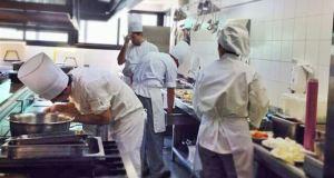 Cocineros y personal de la Escuela de Hostelería La Cónsula trabajando en los fogones. Foto/ Europa Press