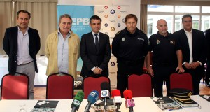 El alcalde de Marbella, José Bernal, tercero por la izqda, presidiendo la mesa de coordinación con los empresarios de Banús este miércoles
