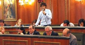 El portavoz de Costa del Sol Sí Puede (Podemos), 'Kata' Núñez, durante una intervención en el Pleno. Foto/ MARBELLA IMAGEN