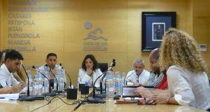 La presidenta de Mancomunidad Occidental, Margarita del Cid, junto al vicepresidente, José Antonio Gómez (alcalde de Ojén) a la izqda, durante una reunión este jueves. Foto/ Europa Press