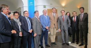 El consejero de Turismo, Javier Fernández, este lunes en Málaga junto a agentes del sector. Foto/ Europa Press