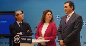 La secretaria general del PP de Málaga, Margarita del Cid, flanqueada por los concejales de Marbella José Eduardo Díaz y Félix Romero, parlamentario andaluz, en imagen de archivo