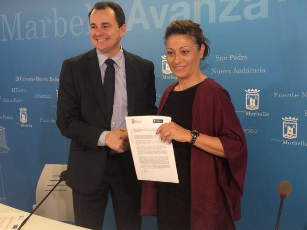 El gerente de Hidralia en Marbella, Carlos Corral, junto a  la edil delegada de Derechos Sociales, Victoria Morales, este lunes en Marbella. Foto/ marbellaconfidencial.es
