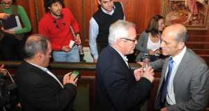 Un momento del incidente verbal protagonizado entre el concejal de Hacienda, Manuel Osorio (OSP) y 'Kata' Núñez (CSSP) al final del pleno de este viernes. FOTO/ MARBELLA IMAGEN