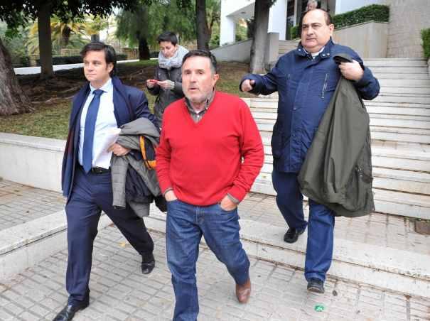 El empresario Ramón Mesas, propietario de La Pesquera (centro) al quedar en libertad bajo fianza este viernes, acompañado de sus abogados. Foto /MARBELLA IMAGEN