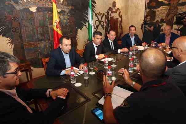 El consejero de Justicia, Emilio de Llera, segundo por la derecha, este jueves durante una reunión en Alcaldía con el regidor, José Bernal, y otras autoridades civiles y policiales