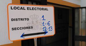 Cartel informativo con las Secciones Censales a la puerta del Colegio Bocanegra de Marbella. FOTO/ MARBELLA IMAGEN