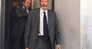 El vicesecretario municipal del Ayuntamiento de Marbella, Javier de las Cuevas, en imagen de archivo, tras una comparecencia judicial acompañado de su abogado, Diego Martín Reyes. FOTO/ M.C.