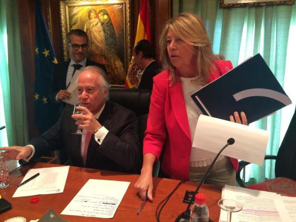 La alcaldesa de Marbella, Ángeles Muñoz (PP), junto al secretario municipal, Antonio Rueda, al inicio de un pleno ordinario en imagen de archivo. FOTO/ MARBELLA CONFIDENCIAL
