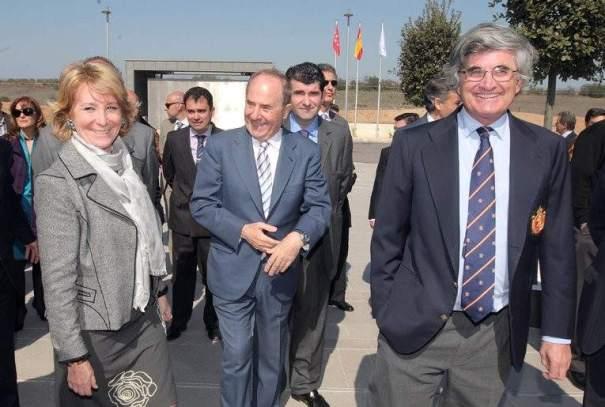 El empresario Joaquín Molpeceres (centro) en una imagen de archivo junto a la expresidenta de la Comunidad de Madrid Esperanza Aguirre y el marido de ésta, Fernando Ramírez de Haro. FOTO/ Comunidad de Madrid